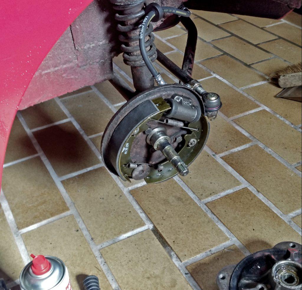 Vorbereitung für die Hauptuntersuchung: Abgezogene Bremstrommel zum Tauschen der Bremszylinder