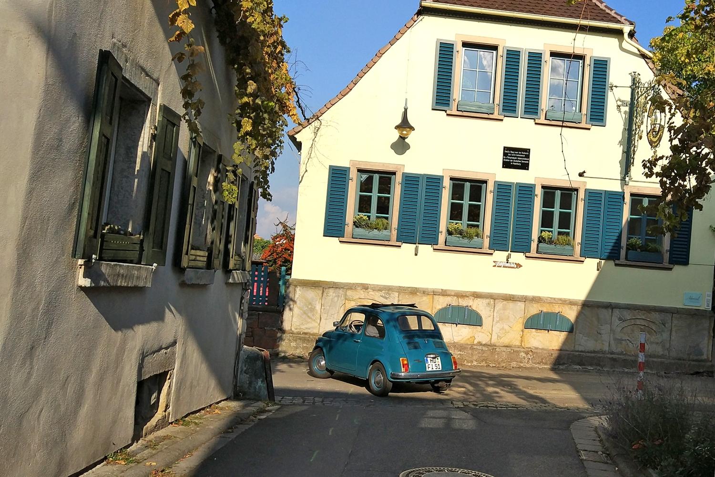 Farblich passend türkis: Fiat 500 und Fensterläden.