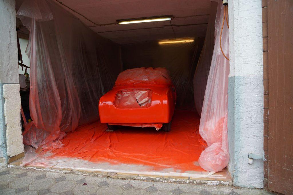 Goggo Coupé nach dem ersten Lackiergang in der improvisierten Planen-Lackierkabine in der Garage
