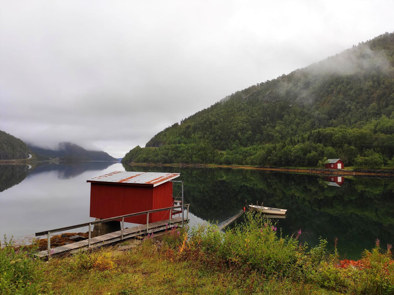 Mit dem Goggo am einsamen Fjord: Spiegelnder Seitenarm des Bindalsfjorden