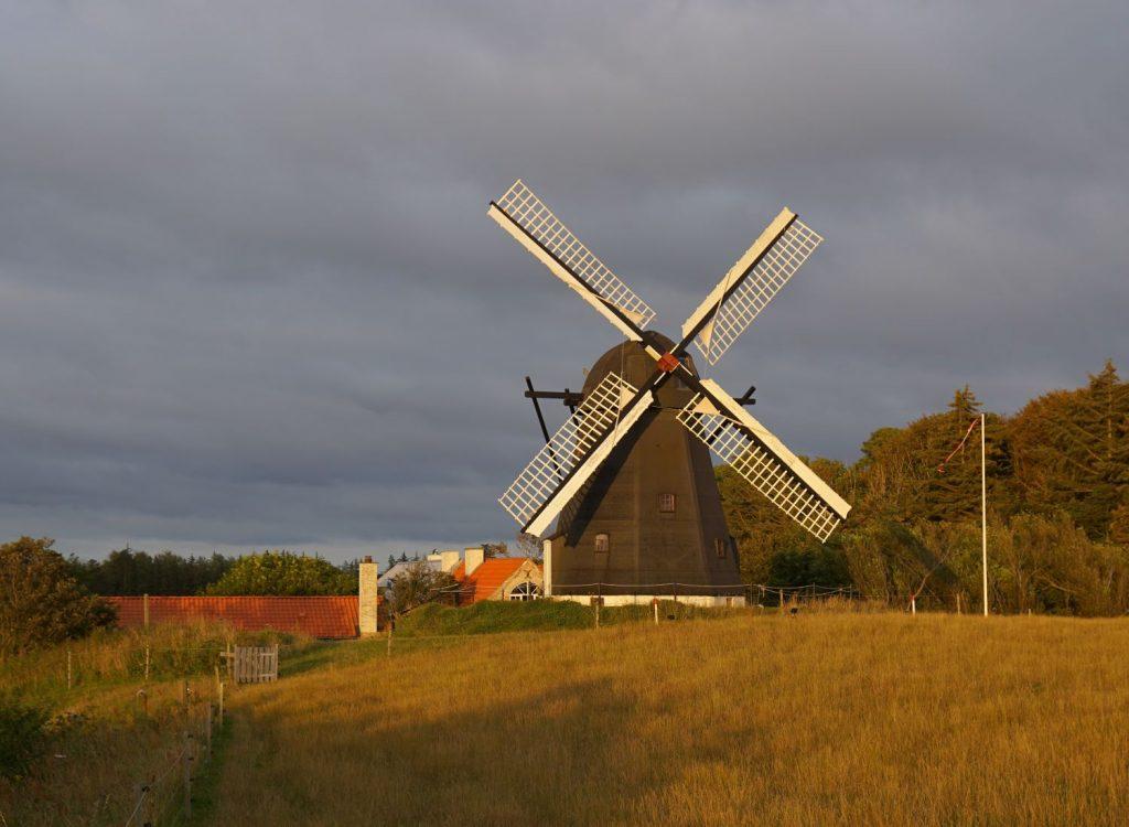 Windmühle bei Lønstrup im gleißenden Abendlicht