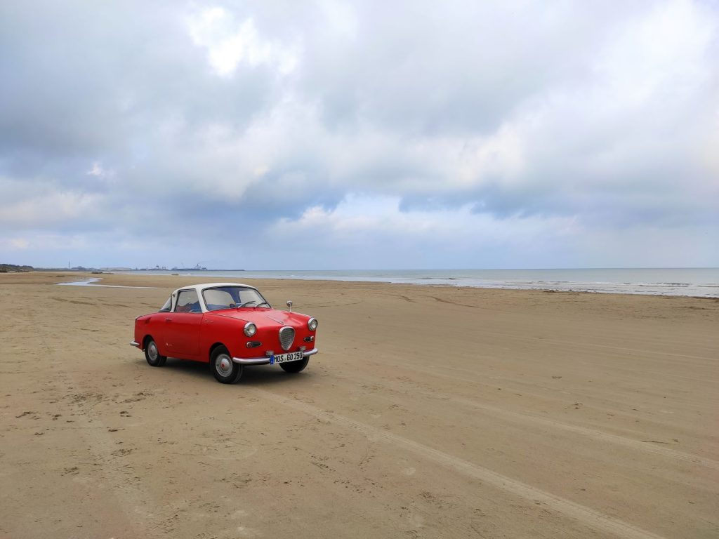 Goggo Coupé am Strand von Hirtshals