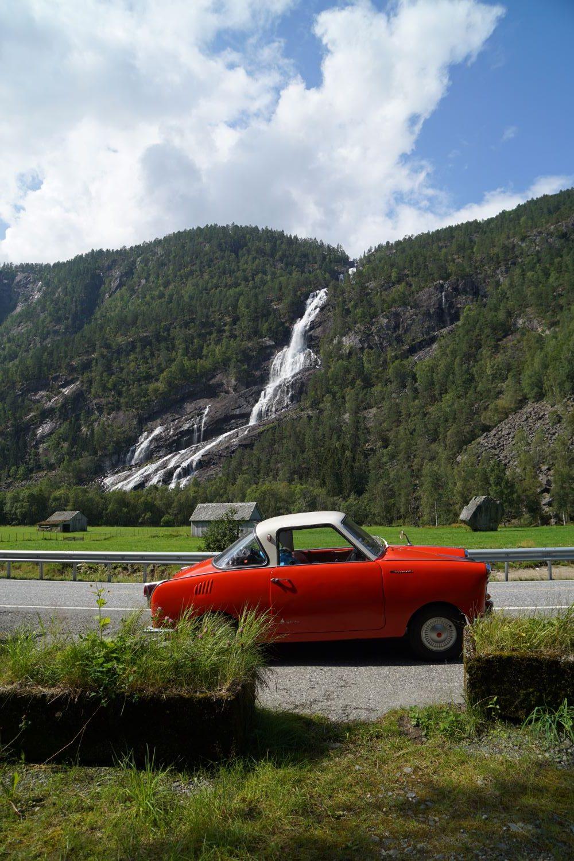 Oldtimer-Reise: Goggo geparkt vor dem Vidfossen bei Odda